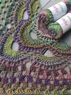 Phildar Mikado Crochet Shawls And Wraps, Crochet Scarves, Crochet Yarn, Crochet Clothes, Crochet Needles, Basic Crochet Stitches, Shawl Patterns, Crochet Patterns, Crochet Triangle