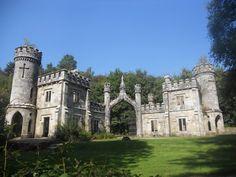 Real Castles, Beautiful Castles, Beautiful Buildings, Old Abandoned Buildings, Abandoned Castles, Abandoned Places, Castle Ruins, Medieval Castle, Old Gates