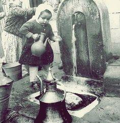 Çeşmeden su dolduran küçük kız... Çok da güzel...