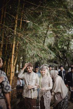 Kebaya Wedding, Muslimah Wedding Dress, Muslim Wedding Dresses, Wedding Bride, Wedding Hijab Styles, Wedding Dress Types, Pre Wedding Poses, Pre Wedding Photoshoot, Foto Wedding