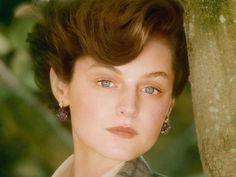 """Sam McKnight, hairstylist da princesa Diana, recriou o cabelo icônico de Lady Di em Emma Corrin para a capa da Vogue britânica de outubro. A atriz interpretará Diana na série """"The Crown"""", que retrata a história da rainha Elizabeth II."""