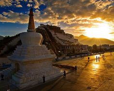 Потала, Лхаса, Тибет  #travel #travelgidclub #путешествия #traveling #traveler #beautiful #instatravel #tourism #tourist #туризм #архитектура #природа #Тибет #Лхаса #Потала #закат
