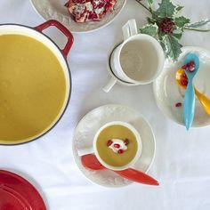 Kürbissuppe mit Löffel Sahne und paar kerne Granatapfel servieren