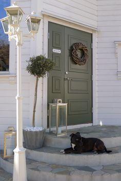 Bilderesultat for ascot ytterdør Exterior Paint, Exterior Design, New England Style, House Doors, Picture Design, Modern Farmhouse, Entrance, Sweet Home, House Design