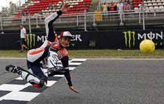 Los pilotos de MotoGP realizaron algunas 'virguerías' con el balón en el Circuit de Catalunya con unas botas especiales... Brazil 2014
