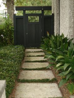 bulb spreading plants fence side only. Side Yard Design Ideas, Pictures, Remodel, and Decor - page 8 Contemporary Landscape, Landscape Design, Large Pavers, Japanese Garden Design, Japanese Gardens, Japanese Gate, Japanese Style, Side Garden, Garden Fencing