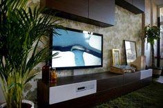Uppleva es el nuevo centro de ocio de Ikea que consta en una única pieza de mueble, televisor, altavoces y reproductor de DVD/BluRay. Y sí, lo tienes que montar tú. Tenemos un vídeo con la presentación de este nuevo muebletele… esta telemueble… de esto.      Una pantalla, un mueble, un reproductor y los altavoces inalámbricos 2.1 y ya tienes vestido medio salón con un solo mueble de Ikea que incorpora todos esos elementos.