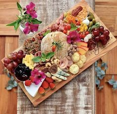 Bet you cant guess how many cheeses are hidden under all this fresh farmers market goodness Drop your guesses below Antipasto, Charcuterie And Cheese Board, Charcuterie Platter, Party Platters, Food Platters, Platter Board, Happy Hour Food, Cheese Party, Wine Cheese