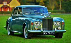 Best classic cars and more! Rolls Royce Black, Rolls Royce Silver Cloud, Classic Cars British, Best Classic Cars, Retro Cars, Vintage Cars, Vintage Travel, Antique Cars, Rolls Royce Limousine