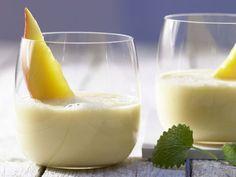 Mango-Bananen-Drink mit Orangensaft und Joghurt: Der Drink ist mit Vitamine und Mineralstoffe ideal für alle, die zum Frühstück wenig Zeit haben.