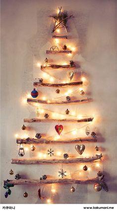 나무들로 만든 크리스마스 트리. 나무가 주는 따스함과 전구가 잘 어우러진듯해요!