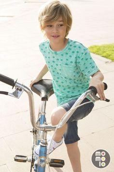 Menino com sua bicicleta