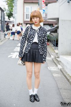 20-year-old Shizuku on the street in Harajuku with an Emoda heart print cardigan, an American Apparel pleated skirt, patent shoes, and a tote bag.