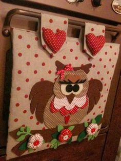 Lindas ideas para decorar la puerta del horno o estufa Sewing Crafts, Sewing Projects, Projects To Try, Felt Crafts, Diy And Crafts, Kitchen Chair Cushions, Yarn Animals, Felt Owls, Towel Crafts