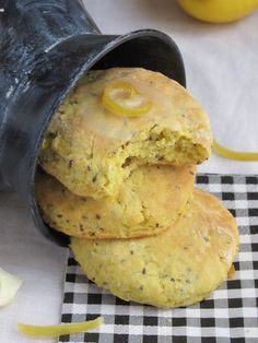 Lemon and chia seed scones Sweet Desserts, Sweet Recipes, Quinoa, Sem Lactose, Cookies Et Biscuits, Food Inspiration, Breakfast Recipes, Vegan Breakfast, Food And Drink