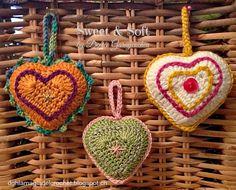 Corazones Amigurumi - Patrón Gratis en Español paso a paso Love Crochet, Knit Crochet, Mobiles, Holiday Ornaments, Holiday Decor, Victorian Valentines, Vintage Patterns, Crochet Projects, Tatting