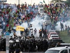 Manifestantes e policiais entram em confronto durante uma manifestação contra a PEC 55, que limita os gastos públicos para os próximos 20 anos, em frente ao Congresso Nacional em Brasília (Foto: Fabio Pozzebom/Agência Brasil)