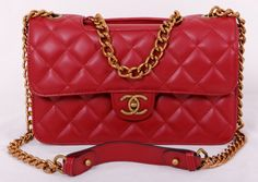 Женская сумочка Chanel красного цвета на цепочке