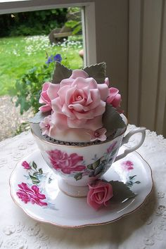 And lovely Decorated cupcakes in the tea cups.how thoughtful. Pretty Cupcakes, Pink Cupcakes, Cupcake Cookies, Decorated Cupcakes, Cupcake Fondant, Valentine Cupcakes, Cupcake Toppers, Beautiful Cakes, Amazing Cakes