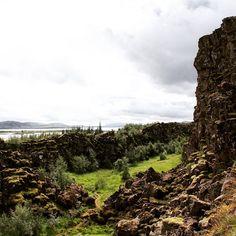 Thingvellir o Þingvellir forma parte de la ruta turística más famosa de Islandia, el Círculo Dorado. Este valle, situado en el suroeste de la isla, fue declarado Parque Nacional en 1928 por sus especiales características tectónicas y volcánicas. En él se puede apreciar la falla entre las placas Noramericana y Euroasiática.  Posee gran relevancia histórica, ya que en  el 930 se fundó el Alþingi, el antiguo parlamento islandés. #Thingvellir #Þingvellir #Islandia