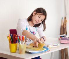 Lass deiner Fantasie freien Lauf! Wir schaffen die richtige Grundlage. Der mitwachsende Kinderschreibtisch sorgt jahrelang für kreative Stabilität.