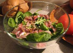 Sałatka szpinakowa z szynką szwarcwaldzką i pistacjami