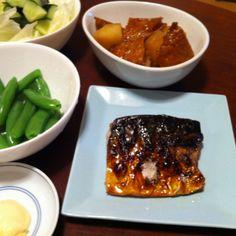 7/19よ晩ご飯。鯖の塩焼き、ジャガイモと厚揚げの煮物、ゆでスナップえんどう、サラダ