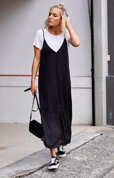 Slip dress: 40 looks sexy, feminine and sexy for a veil - Street Style Slip Dress Outfit, Dress Outfits, Black Slip Dress, Mode Outfits, Fashion Outfits, Fashion Clothes, Fashion Tips, Black Women Fashion, Look Fashion