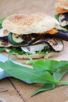 Vegetarischer Burger mit Bärlauchpesto, Grillgemüse und Feta #Burger #selbstgemacht #rezept #sommer #grill #grillen #Bärlauchpesto #Grillgemüse #vegetarisch Feta, Happy Foods, Spring Recipes, Food Inspiration, Vegan Recipes, Good Food, Food And Drink, Veggies, Vegetarian