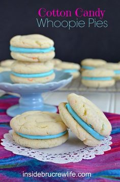 Cotton Candy Whoopie Pies - easy cake mix cookies filled with a Cotton Candy frosting (Colorful Candy Cake) Köstliche Desserts, Delicious Desserts, Dessert Recipes, Plated Desserts, Confetti Cake Mix Cookies, Cotton Candy Cookies, Cupcakes, Cupcake Cakes, Cake Feta
