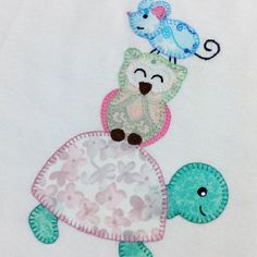 Buenos días!! Os cuento la historia de esta camiseta? Nos la encargó una mami de tres niñas y cada animalito representa a una de las hermanas. La mayor es la tortuga, la mediana el búho y la pequeña la ratita. La camiseta es para la peque y cuando ya no le vaya bien la van a enmarcar como recuerdo  Qué honor!! Una camiseta nuestra enmarcada!! Nos encanta  #mussolets #artesania #hechoamano #camisetapersonalizada #patchwork #personalizado #regalo #regaloembarazo #regalobebe #bebe #handm...