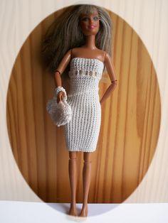 Jolie robe de cérémonie pour Barbie Bonjour et bienvenue, Je continue donc ma collection de vêtements de Barbie sans couture, ni boutons, ni pressions!! Le rêve de tous les parents et grands parents!!! ..... Je l'ai réalisée avec du coton mercerisé au...