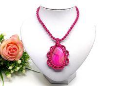 Magenta színű makramé nyaklánc, achát medállal – DAMAKRAMÉ Macrame Jewelry, Magenta, Pendant Necklace, Fashion, Moda, Fashion Styles, Fasion, Drop Necklace