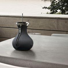 TAK SA UŽÍVA ČAJ   Karafa na čaj, čajník a čajovar Tea Maker od Eva Solo Vase, Tea, Lifestyle, Decor, Decoration, Vases, Decorating, Teas, Deco