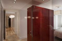 Conexión visual, espacial y de luz. El baño surge como una caja de cristal, que permite un gran juego de reflejos y luces en esta reforma en el Barrio de Salamanca, Madrid, por ACGP_tedamosarquitectura