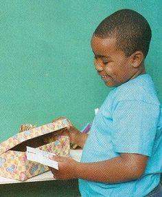A Caixa de Nomes  Materiais: caixa de sapato; caneta hidrográfica; cola branca; papel cartão; papel adesivo transparente; papel de presente;...