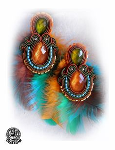 Multicolored earrings with plumes