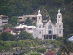 Samana avec son église et ses maisons à moitié construites. Samana, en République Dominicaine en 2013.