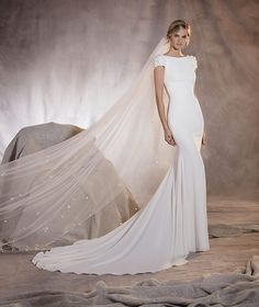 Agua - Mermaid wedding dress with floral details on the plunging back