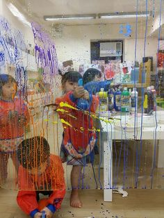 We know kids love spray bottle. Why not letting them paint with it? They love the paint splat, too! Reggio Kids Hong Kong ≈≈