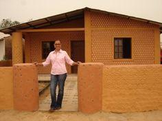 Boliviana constrói casas de garrafas PET para famílias carentes em 20 dias