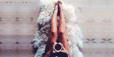 10 Ideas para añadir un tapete peludo a tu habitación