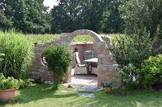Hier zu sehen unsere Mauersteine Muro Romano. Perfekt in Szene gesetzt als gemütliche Sitzecke für den Garten. Bei Interesse erstellen wir Ihnen gern ein Angebot was exakt auf Ihren Wunsch angepasst wird.