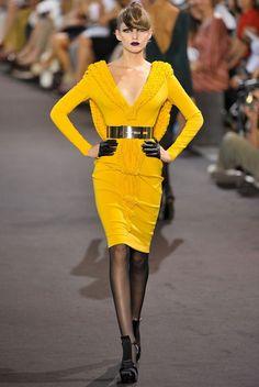 Robe jaune moutarde + collant voile noir + chaussures noires