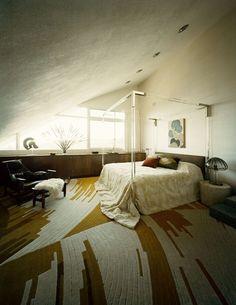 lucite 4 post bed + ikat carpet + sunset   http://bedroom-gallery2.blogspot.com