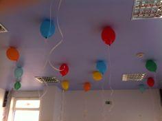 Decoração com balões cheios de hélio no tecto da sala grande.