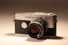 世界初、そして世界唯一のハーフサイズ・システム一眼レフ、オリンパスペンFは、昭和38年(1963年)に登場しました。 ポロプリズムファインダー。はじめてシャッター幕にチタンを用いたロータリーシャッター。20本におよぶバラエティ豊かな交換レンズ。オリンパスペンFは、独創的な機能を満載した革新的なカメラでした。なお、高速化と耐久性を両立させたロータリーシャッターは、技術者たちの多大な努力と苦心で完成したと伝えられています%E