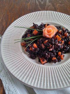 riso venere con porri, carote e salmone