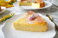 La cheesecake al forno con yogurt greco, ricotta e Philadelphia è un dolce molto soffice, cremoso e gustoso. Una ricetta semplice perfetta anche per gli intolleranti al glutine