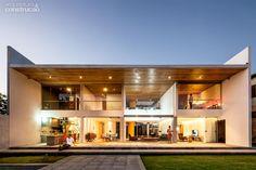 """Quando as luzes se acendem dentro da casa, com 17 m de largura, ressaltam o diagrama de vidros. """"Algumas pessoas comentam que esta fachada lembra uma casa de bonecas, recortada por dentro"""""""